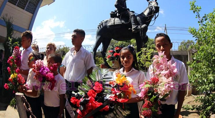 Estudiantes conmemorando a Sandino