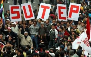 11 DE JULIO DEL 2007 MARCHA POR LA CONFEDERACION GENERAL DE TRABAJADORES DEL PERU CGTP . CONTINUA LA HUELGA DE MAESTROS DEL SINDICATO UNITARIO DE TRABAJADORES EN LA EDUCACION DEL PERU (SUTEP). DISTURBIOS EN LAS CALLES DE LIMA.EN LA FOTO: HUELGUISTAS EN LA PLAZA SAN MARTIN. FOTO: ROLLY REYNA/EL COMERCIO
