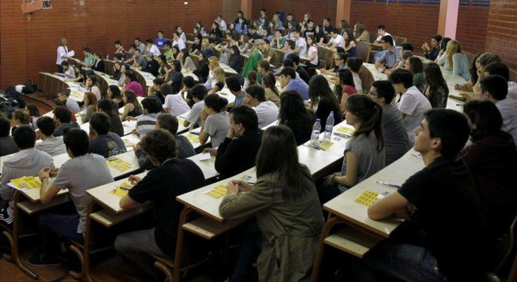 GRA54  BARCELONA  11 06 2013 - Varios jovenes se enfrentan en una de las aulas de la Facultad de Biologia de la Universidad de Barcelona  UB  a la primera jornada de las pruebas de selectividad  a la que estan convocados un total de 30 250 alumnos catalanes  EFE Alberto Estevez