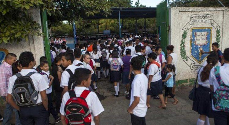 """NI1001. MANAGUA (NICARAGUA), 08/02/2016.- Varios jóvenes entran al colegio público Modesto Armijo, en Managua, durante el primer día de clases del año hoy, lunes 8 de febrero de 2016. El curso escolar 2016 inició hoy en el país con el ingreso de unos 2 millones de estudiantes en escuelas públicas. El Gobierno de Nicaragua inauguró el curso escolar con la recomendación de vigilar la conducta de los 1,7 millones de estudiantes matriculados, ante situaciones que puedan poner en riesgo el desempeño escolar. La recomendación coincide con una campaña """"permanente"""" contra el acoso escolar, que el Gobierno de Nicaragua inició en octubre pasado. EFE/Jorge Torres"""