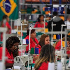 Brasilia - O Ministro do Esporte, Aldo Rebelo, o Secretário-geral da FIFA, Jerôme Valcke e o Governador do DF, Agnelo Queiroz, visitam a Fábrica Cultural(Marcelo Camargo/Agência Brasil)