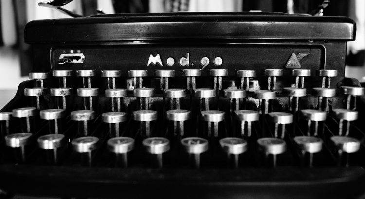 tomada de https://pixabay.com/en/typewriter-typing-black-and-white-1627197/