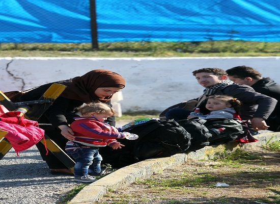 Πρόσφυγες και μετανάστες περιμένουν να αποχωρίσουν, αφού έχουν πρώτα καταγραφεί,  από το κέντρο φιλοξενίας στο Σχιστό, Αθήνα, Τρίτη 23 Φεβρουαρίου 2016. Στην Αθήνα μεταφέρονται με λεωφορεία οι Αφγανοί πρόσφυγες που βρίσκονταν στην Ειδομένη, μετά την επιχείρηση εκκένωσης των σιδηροδρομικών γραμμών του ΟΣΕ. Σύμφωνα με πηγές του υπουργείου Μεταναστευτικής Πολιτικής, το απόγευμα λίγο πριν από την άφιξη των προσφύγων στην Αθήνα θα αποφασιστεί σε ποιον από τους χώρους φιλοξενίας θα μεταφερθούν. Αυτή την ώρα τα κέντρα φιλοξενίας σε Ελαιώνα, Ελληνικό και Σχιστό είναι πλήρη και ανάλογα με τις αποχωρήσεις φιλοξενούμενων που θα σημειωθούν σήμερα και τις κενές θέσεις που θα δημιουργηθούν, θα γίνουν και οι ανάλογες τοποθετήσεις. Το ίδιο θα συμβεί και για τους πρόσφυγες που βρίσκονται στον Πειραιά και δεν έχουν τα απαιτούμενα χαρτιά για να κινηθούν προς τα σύνορα. ΑΠΕ-ΜΠΕ/ΑΠΕ-ΜΠΕ/ΠΑΝΤΕΛΗΣ ΣΑΪΤΑΣ