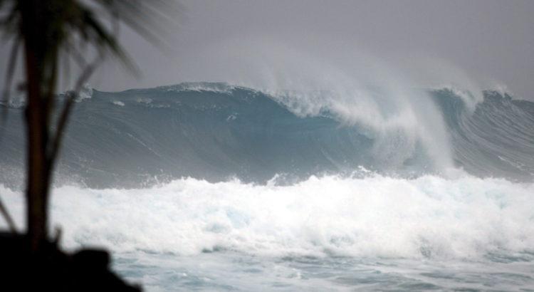 MCX12 - HILO (HI, ESTADOS UNIDOS), 14/08/07.- Grandes olas se forman en la playa Puna en Hilo, Hawaii (EEUU), que al parecer se producen por la proximidad del huracán Flossie hoy, 14 de agosto de 2007. Esta tormenta, de categoría II, se prevé que pase por el costado sur de la isla con la fuerza de una tormenta tropical y generando precipitaciones cercanas a las 10 pulgadas. EFE/BRUCE OMORI