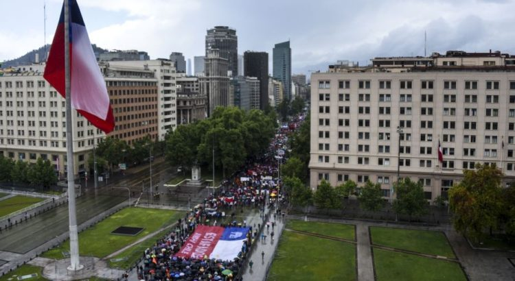 """Thousands of workers march to protest against the Pension Fund Administrators (AFP) - Chile's privatized pension system, a legacy of late dictator Augusto Pinochet that opponents say is leaving many retirees destitute, in Santiago, on October 16, 2016.  Launched in 1981, Chile's """"pension fund administrators"""" have been held up by pro-market politicians and pundits worldwide as a model of how to privatize a national pension system, but opponents say the system has left the 10 million Chileans enrolled in it with extremely low retirement benefits. / AFP / Martin BERNETTI"""