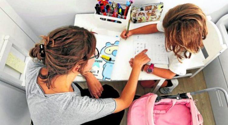 Comunidad Valenciana.Valencia.30/09/2016.Escolares haciendo los deberes del colegio en su casa.Fotografía de Jesus Signes.