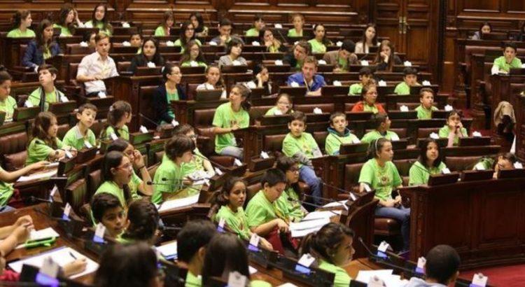 ninos-uruguayos-parlamento-declaracion-promover_973412769_13069853_667x375