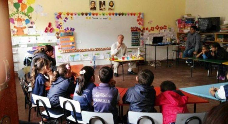 Docente en aula con estudiantes