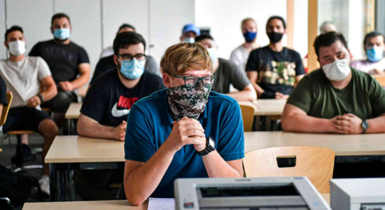 Las medidas en la mayoría de países son iguales, por ejemplo Bosnia y Serbia determinaron reducir los estudiantes por curso. Foto: AP